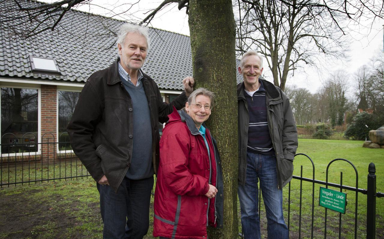 Piet Kaan, Marianne Mulders en Henk Veenhof (vlnr) rond de in 1991 geplante nieuwe ' vergaderlinde'  bij de showroom van garage Stadman. Ongeveer op die plek heeft eeuwenlang een linde gestaan waar de boerenvergaderingen werden gehouden. Foto: Harry Tielman