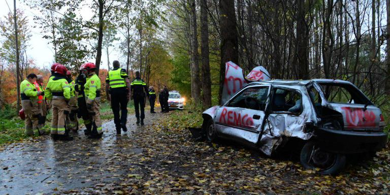 Hulpverleners zijn massaal uitgerukt naar de crossauto die tegen een boom tot stilstand is gekomen. Foto: Pronews