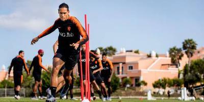Oranje start met Van Dijk en Wijnaldum