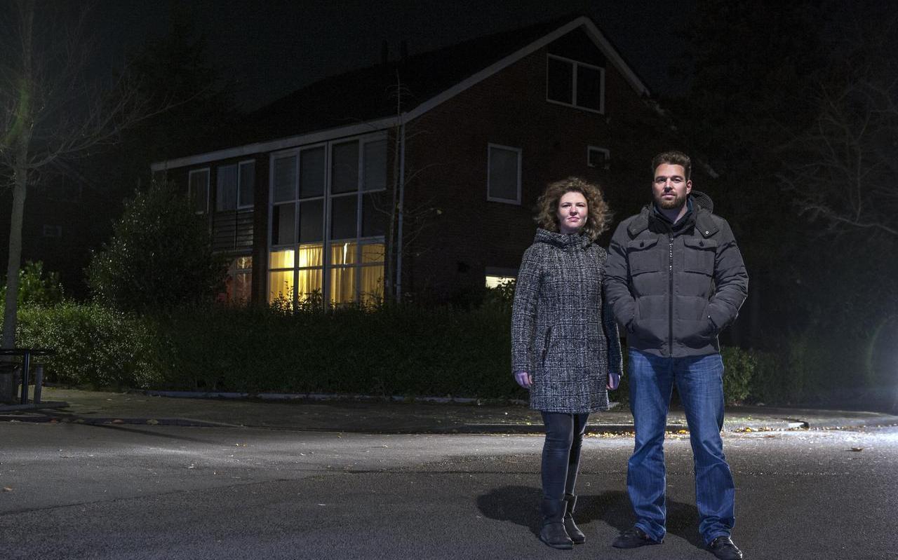 Koen en Annemarie Meesters, voor het huis waar hun vader werd vermoord. Foto Reyer Boxem