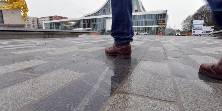 Het Raadhuisplein is belegd met granieten tegels. Die laten vooral bij nat weer strepen achter. FOTO BOUDEWIJN BENTING