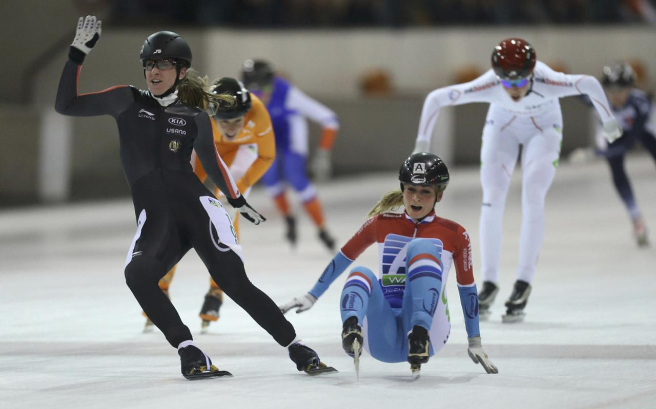 De eindsprint bij de laatste schaatsmarathon in Assen, met links Ivanie Blondin naast de uiteindelijke winnares Irene Schouten. FOTO NEEKE SMIT