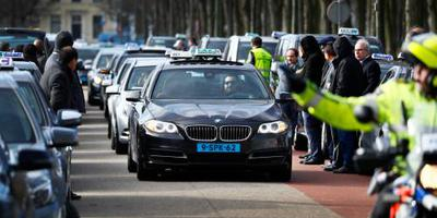 Taxichauffeurs demonstreren op Malieveld