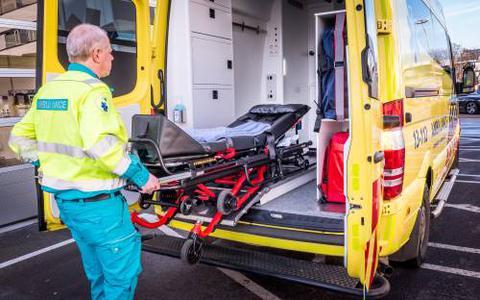 Ambulancepersoneel in Friesland krijgt helm en vest om zich te beschermen tegen messen en glasscherven