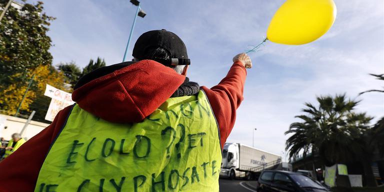 Protest van de gele hesjes bij de Franse stad Antibes. Zaterdag was er ook een demonstratie in Groningen. Foto: EPA