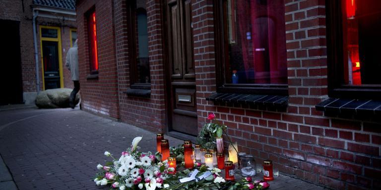 Bloemen in Muurstraat voor vermoorde prostituee. Foto archief Corné Sparidaens