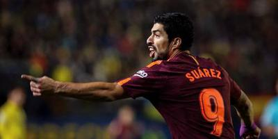Suárez helpt Barça langs tiental Villarreal