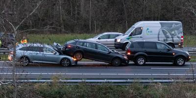 Drie auto's schoven op de A7 op bijzondere wijze in elkaar. Foto: De Vries Media