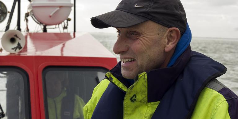 Oud-ambulancebroeder Gerrit Postema, aan het roer zit Jelle Bos. FOTO DVHN/CARLIEN BOOTSMA