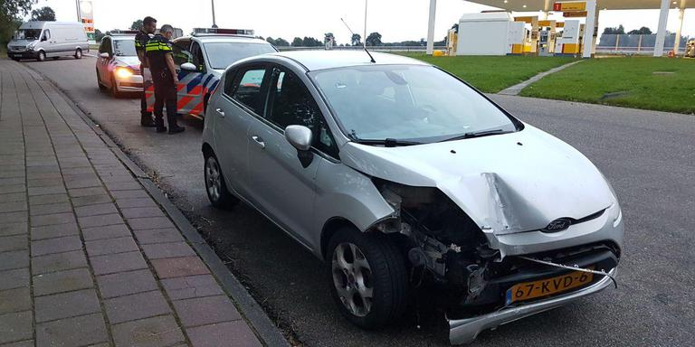 Automobiliste gaat er vandoor na aanrijding met lantaarnpaal in Assen.