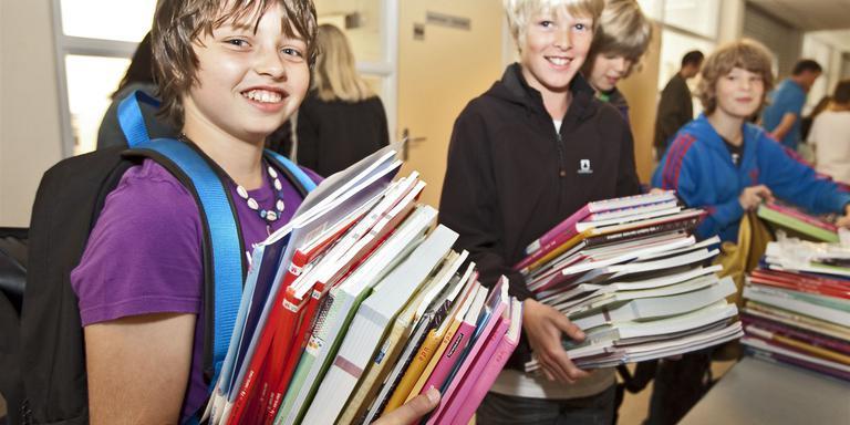 Nieuwe schoolboeken zijn duur, daarom kun je ze beter tweedehands kopen. Foto: ANP