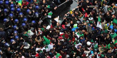 Algerijnen weer massaal de straat op