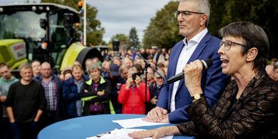 Commissaris Jetta Klijnsma en gedeputeerde Henk Jumelet tijdens eerdere acties van boeren bij het Provinciehuis in Assen.