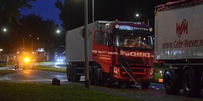 Twee vrachtwagens botsten tegen elkaar op het Hoendiep in Groningen.