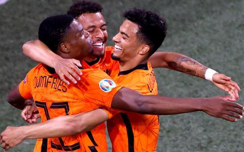 Dumfiries, Malen en Wijndal vieren de 2-0 tegen Oostenrijk
