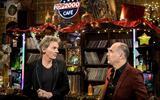 Presentator Matthijs van Nieuwkerk (L) en mede-presentator Leo Blokhuis maken vanwege corona in gewijzigde vorm op televisie weer reclame voor de Top 2000.