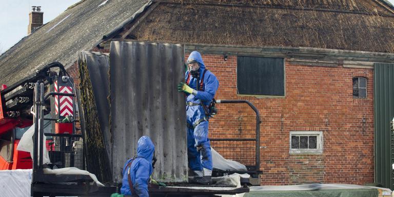 De boerderij van Hoving in Eexterveen is de eerste die in het kader van een project van LTO Noord zijn asbestdak kwijt raakt. Foto Harry Tielman
