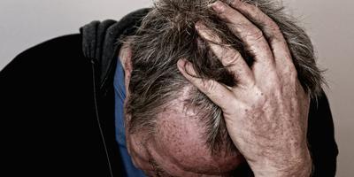 Hoofdpijn en slecht zicht kunnen in zeldzame gevallen ook duiden op een beginnende vorm van dementie (de man op de foto is niet Frank Mud). Foto: Shutterstock