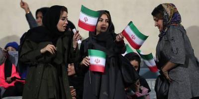 Vrouwen na dertig jaar bij voetbalduel Iran