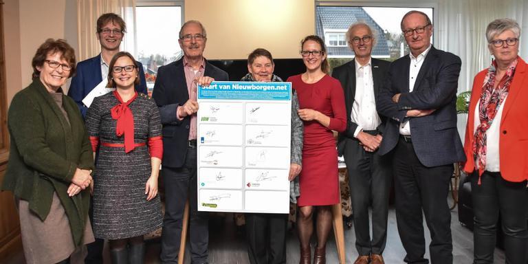 Alle betrokkenen hebben getekend voor het aardgasvrij maken van Nieuwolda en Wagenborgen. Foto: Mark Heikens/112 Groningen