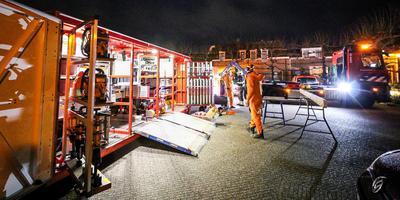 Op de Markt in Coevorden stond een kampement van de brandweer. Deze mensen proberen de tweede persoon te redden. Foto: ProNews