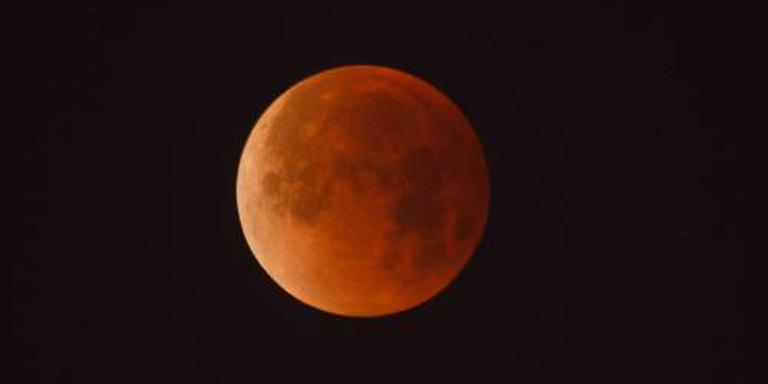 Maan komt bloedrood aan de hemel