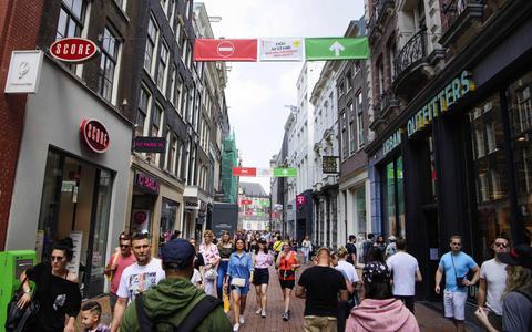Dragen van mondkapje wordt verplicht op drukke plekken in Amsterdam en Rotterdam (update)