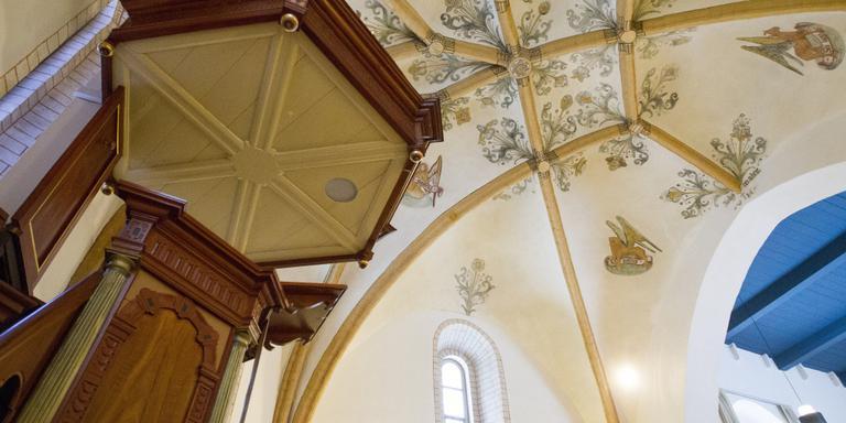 Het interieur van het middeleeuwse kerkje in Sellingen. Foto Huisman Media