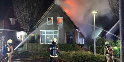 De brandweer blust de woonboerderij in Assen van buitenaf. Foto: Van Oost Media