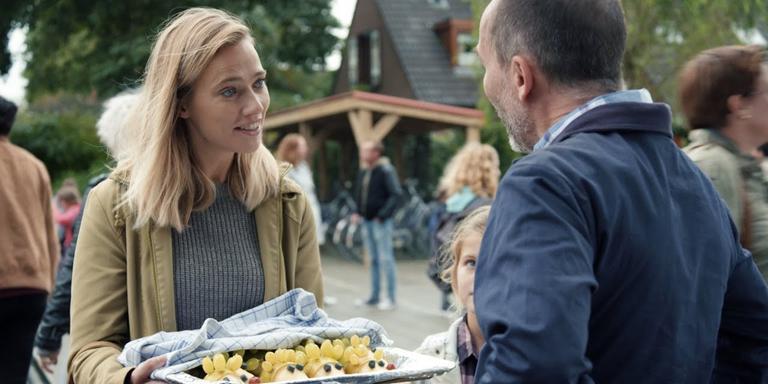 Jennifer Hofman als gescheiden moeder Hanna in De Luizenmoeder biedt een traktatie aan. Foto: Archief DvhN/Anko de Jong