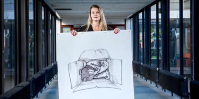 Sabine van den Berg met een tekening voor Nestvlinders. Foto: Corné Sparidaens