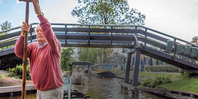 Jan Mole puntert door de grachten van Giethoorn. Als 13-jarige speelde hij mee in de film Fanfare. Foto: Wilbert Bijzitter