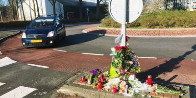 Bloemen, kaartjes, kaarsen en andere uitingen van rouw op de plek in Groningen waar een 29-jarige vrouw bij een aanrijding om het leven kwam. Foto: DvhN