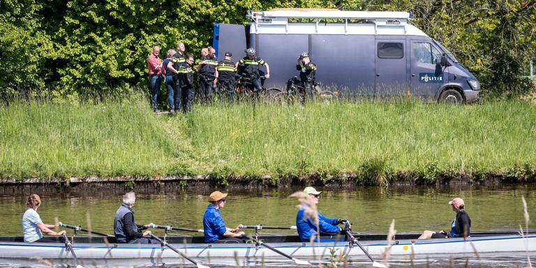 Terwijl roeiers hun rondje maken, doet de politie uitgebreid onderzoek op het Jaagpad in Groningen. Hier werd dinsdagavond een 27-jarige man uit Groningen doodgestoken. Foto: ProNews