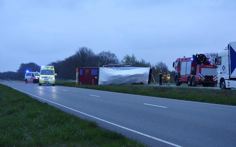Vrachtwagen gekanteld op de Rondweg bij Emmen, de weg is afgesloten.
