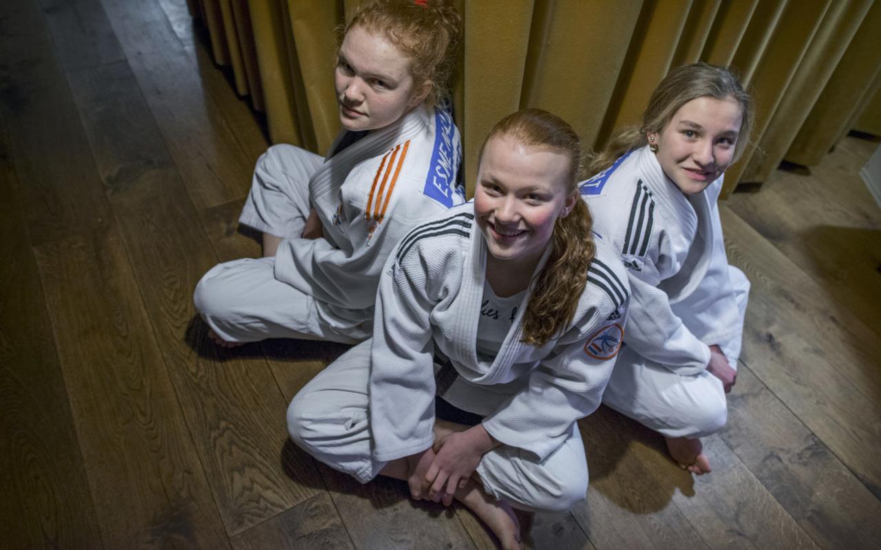 De drie zussen Nalbat, van links naar rechts: Esmé (17), Kamile (13) en Emma (13) FOTO CORNE SPARIDAENS