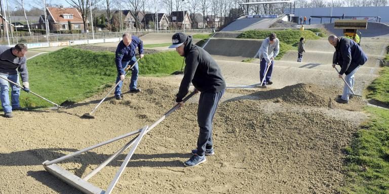 Een vrijwilligersactie in Klazienaveen. Foto Archief DvhN