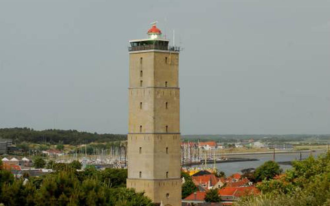 De Brandaris en (op de achtergrond) de haven van Terschelling.