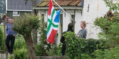 Vlaggen halfstok in Westerwijtwerd.