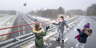 Gelukkig voor Danique, Esmee en Jasmijn was er in Drenthe net genoeg sneeuw gevallen om een mooie sneeuwbal te maken. De Witterhoofdweg in Assen is tijdelijk afgesloten voor autoverkeer omdat er bij Baggelhuizen een extra geluidsscherm wordt gebouwd. De fietsttunnel is daarom afgesloten, fietsers en wandelaars mogen nu via de Witterhoofdweg. Links in beeld de A28. Foto: Marcel Jurian de Jong