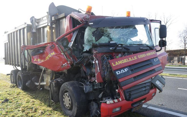 Twee vrachtwagens in botsing tussen Veendam en Meeden, N33 deels afgesloten.