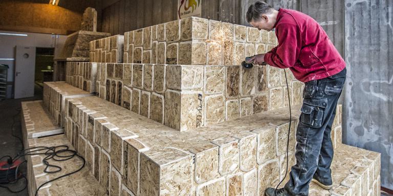 Edze de Haan werkt aan tempel. Foto: Marcel Jurian de Jong.