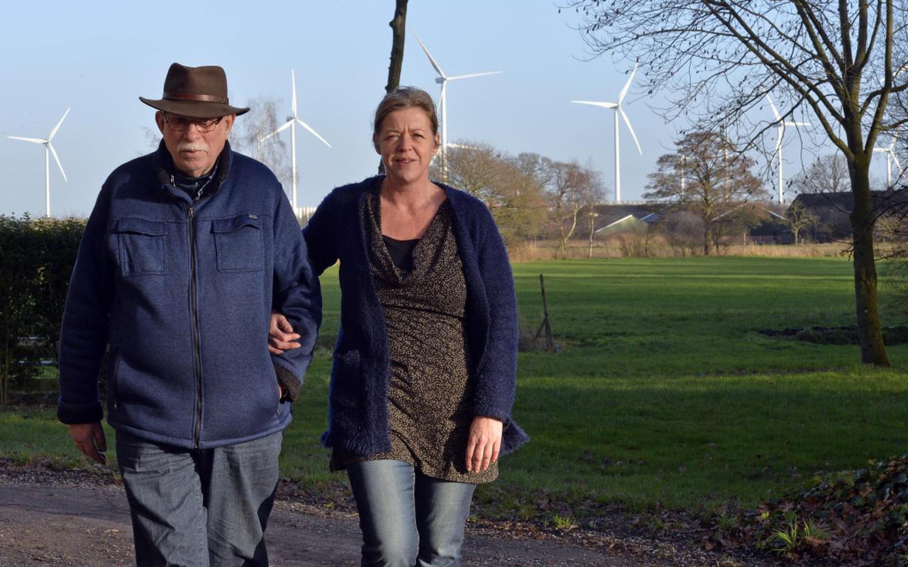 Pieter Takken en zijn dochter Rita bij hun landhuis De Grote Scheere. ,,Het is een verschrikking, met die ellendige lampjes en het lawaai.'' Foto Boudewijn Benting