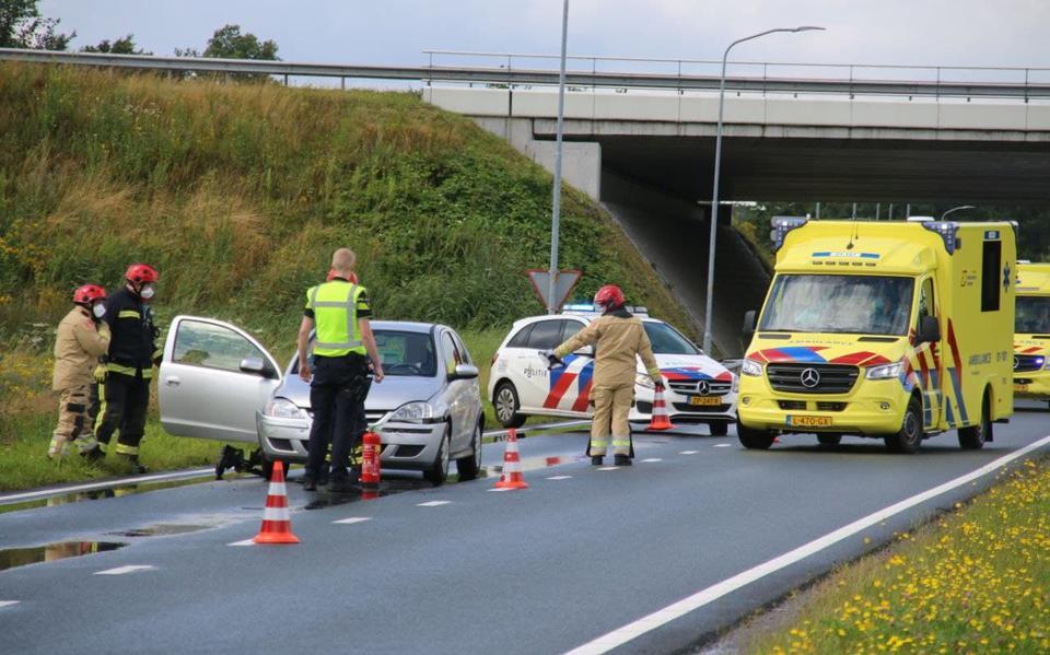 Gewonde bij kop-staartbotsing tussen drie autos op N366 bij Veendam. Weg richting Pekela tijdelijk afgesloten.