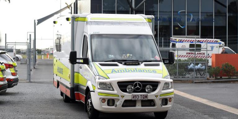 Ziekenwagen rijdt drie mensen ziekenhuis in
