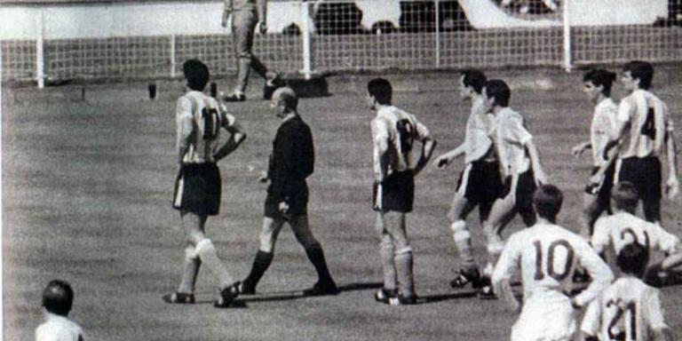Het moment in de wedstrijd Engeland-Argentinië in 1966. De scheidsrechter stuurt Rattin weg maar deze blijft staan. Foto: Wikicommons/By unknown - El Grafico magazine, Public Domain