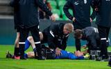 Vitesse keeper Markus Schubert krijgt iets vanuit het publiek on zijn hoofd en gaat onderuit.