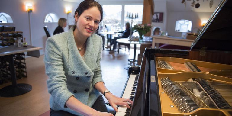 Lisa Hulskamp achter de vleugel in Landhotel Diever. Foto Jaspar Moulijn