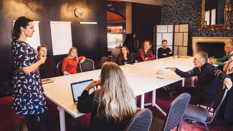 Neal Dempsey (rechts) praat in Groningen met jonge ondernemers. Foto: Douwe de Boer