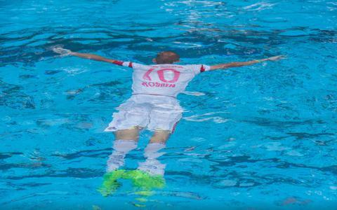 Deze man zwemt het liefst in het tenue van Arjen Robben: 'Het is een soort fetisj'